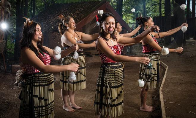 Sommige shows nemen toeristen voor contant koeien, maar er zijn nog steeds veel goede folkloristische shows om Maori-tradities te ontdekken.
