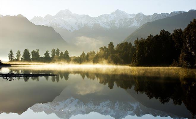 Debido a que el fondo del lago es de color oscuro, las aguas del lago Matheson reflejan el paisaje de montaña y el valle a la perfección.