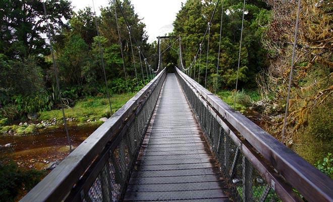 No se preocupe por tener, el puente colgante que atraviesa el Clear Water River es perfectamente estable.