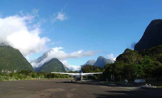 Als uw budget een vlucht kan boeken, ontdekt u het fjord met een ander gezichtspunt. U kunt ook profiteren van de kleine luchthaven om lange uren rijden te vermijden.