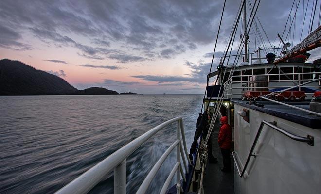Als uw budget het toelaat, wordt het aanbevolen om overnacht te blijven. Je slaapt in een hut en geniet van de schoonheid van de fjord bij zonsondergang.