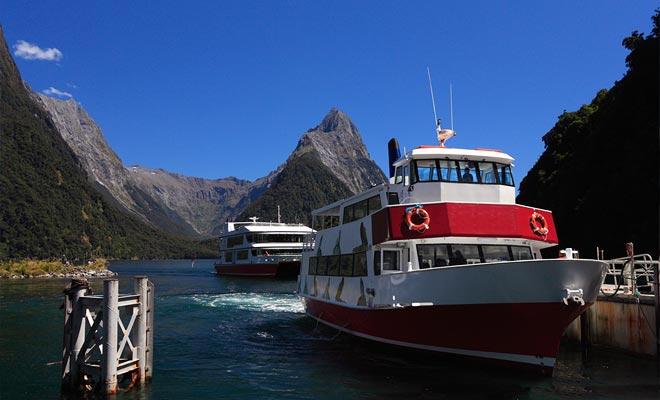 Cruiseschepen van alle maten oversteken de wateren van de Fjord. Maar de helikopters en vliegtuigen zijn ook onderdeel van het spel. Er zijn plannen om de aanwezigheid te verminderen om een meer authentieke en rustige sfeer terug te trekken.