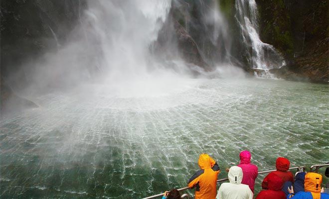 De cruise nadert de Stirling Falls tot u een fles kunt vullen met zuiver water dat aflopend rijdt. Het is een unieke ervaring die ervoor zorgt dat je jezelf goed bedekt, zodat je niet doordrenkt wordt!