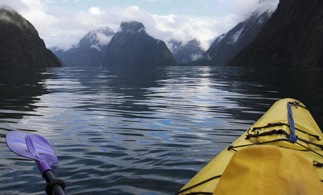 Met cruiseschepen kunt u de schoonheid van de fjorden bewonderen, maar ze zijn luid en onpersoonlijk. Voor een meer authentieke ervaring, is het het beste om een begeleide kajak tour te boeken.
