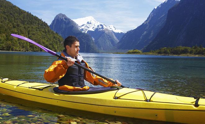 De kajak is een makkelijk vervoermiddel, maar vereist een inleiding. Neem minstens een les voordat u op een solo avontuur gaat.