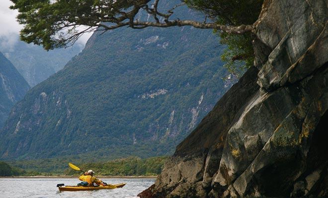 In plaats van een cruiseschip te lenen zoals de meeste bezoekers, kunt u een kayakreis overwegen. Dicht bij het water zijn de sensaties sterker.