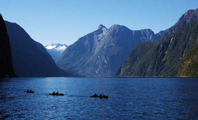 Zodra de laatste cruiseschepen opstonden, kunt u het Milford Sound rustig verkennen door kajakken en u kunt zelfs dolfijnen langs het water overkomen als u geluk hebt.