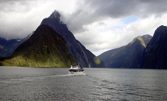 Na 3 uur vertrekken de meerderheid van de bezoekers en het onophoudelijke ballet van de helikopters verdwijnt. De fiord vindt de rust en de laatste cruises geven u de indruk van een authentieke ontdekkingsreiziger.