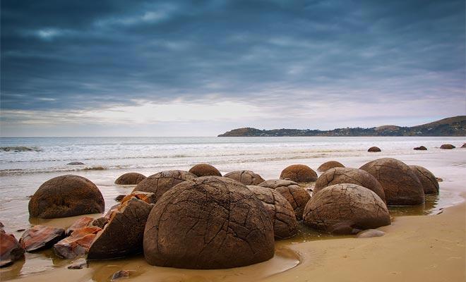 Es imprescindible verificar el calendario de mareas antes de visitar la playa, porque las rocas son visibles y accesibles sólo durante la marea baja.