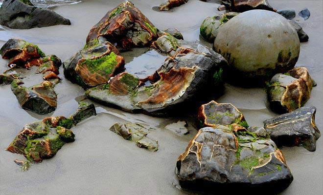 El color ocre del interior de las rocas está en el origen de argumentos sin fin. Algunos lo ven como evidencia de huevos de dinosaurio fosilizados.