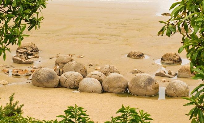 La forma redonda de las rocas y su proximidad sugieren que el mismo fenómeno ha funcionado en su creación. Pero si es un proceso natural, ¿por qué son tan raras estas formaciones en la superficie del globo?