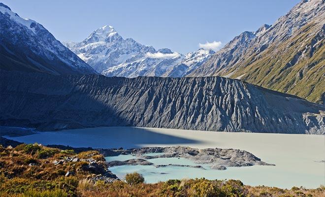 Los viajeros se sorprenden a menudo al encontrar el glaciar cubierto con una gruesa capa de polvo de roca. Pero no se deje engañar, es una montaña de hielo en movimiento.