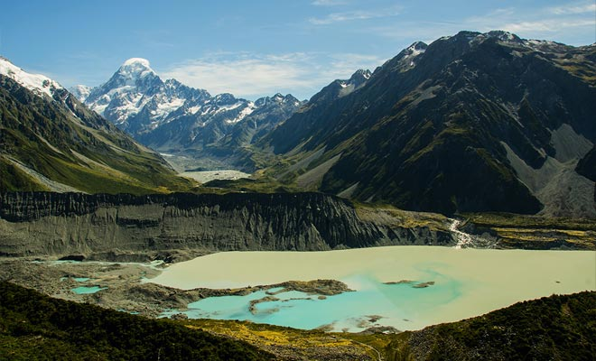 Unos pocos centímetros por día, el glaciar Tasman avanza hacia el valle. Los bloques de hielo rompen la pared y alimentan el lago glacial.