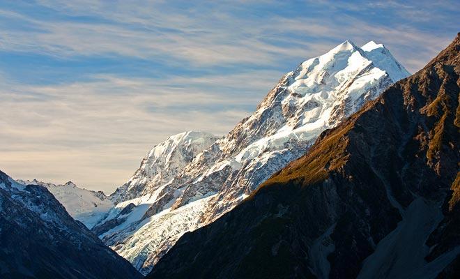 Mount Cook es el pico más alto de Nueva Zelanda. Culmina a 3754 metros sobre el nivel del mar. Tal altitud está lejos del récord mundial, pero esta montaña sin embargo sirvió de campo de entrenamiento para Sir Hillary antes de su ascensión victoriosa del monte Everest.