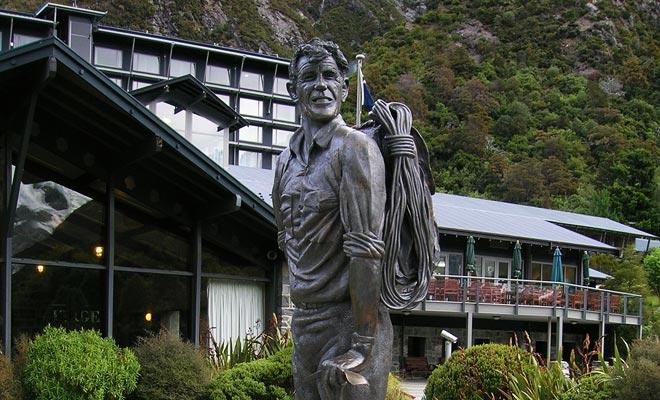 Los entusiastas del montañismo habrán reconocido la estatua de Sir Edmund Hillary, que se sienta frente al Museo Hermitage y mira hacia el Monte Aoraki / Cook.