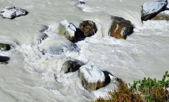 ¡El agua del lago glacial es tan blanca como la leche! Es el sedimento lo que le da este extraño color. Esto se llama harina de roca.