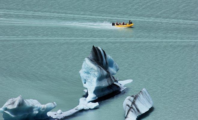 La excursión Glaciar Exploradores hace posible acercarse a los icebergs en Zodiac. El piloto incluso se acercará lo suficiente como para permitirle tocarlos.