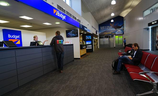 La maggior parte delle agenzie di noleggio di camper hanno una stazione nei pressi di importanti aeroporti. Se non è così, viene offerto un servizio navetta gratuito.