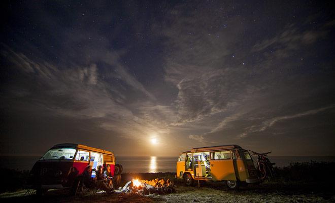 Durante l'alta stagione, si raccomanda di prenotare i campeggi. Anche se noleggiate un autocaravan autonomo, dovrete utilizzare stazioni di scarico o ricaricare le batterie per ottenere l'acqua calda a bordo.