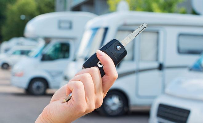 Non hai più alcuna ragione per richiedere l'affitto di un camper ad un'agenzia di viaggi. La prenotazione del veicolo senza un intermediario consente di pagare meno tasse per un servizio generalmente strettamente identico.