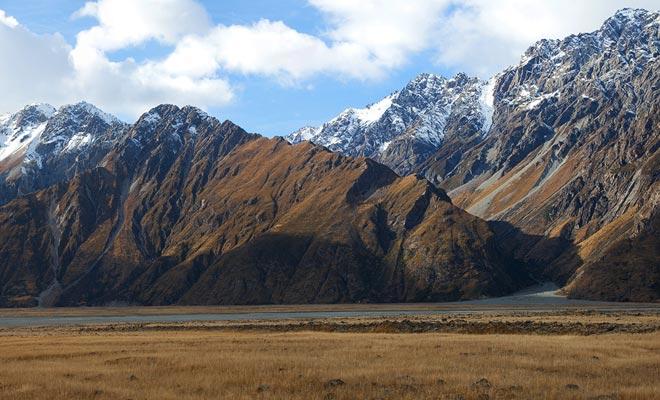 Los acantilados del valle son empinados y las avalanchas de rocas son frecuentes. Esto explica por qué la vegetación no se desarrolló.