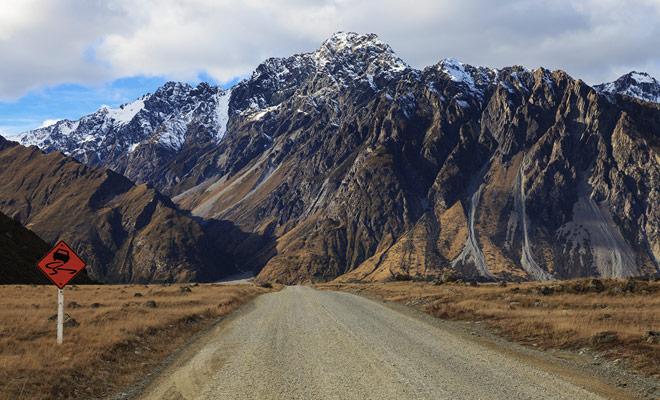Conducir en las carreteras de grava de Nueva Zelanda se debe hacer a una velocidad muy baja, ya que el terreno no es tan estable como de costumbre y porque las proyecciones de grava pueden dañar el coche.
