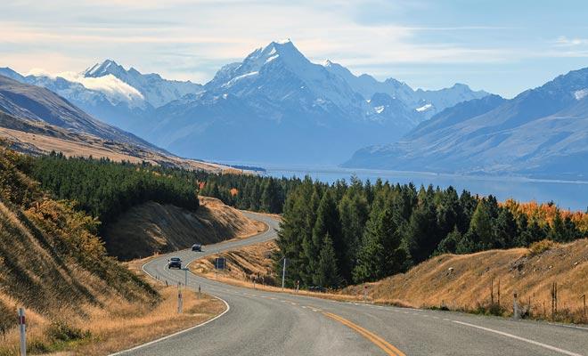 Als je naar links rijdt, wees je ervan bewust dat het verkeer buiten de steden erg laag is. Als u buiten de zomer reist, zult u vaak alleen op de weg zijn. Controleer de brandstofmeter en brandstof voordat u het volgende avontuur begint.
