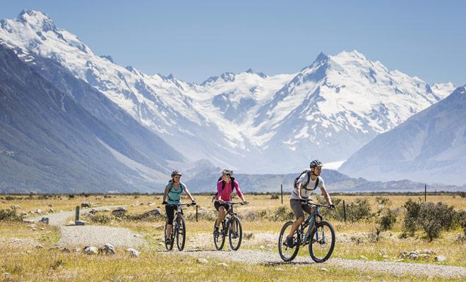 Hay cientos de kilómetros de senderos para bicicletas en Nueva Zelanda. Cualquiera que sea tu nivel, puedes encontrar tu felicidad y pedalear en medio de las montañas o en el bosque.