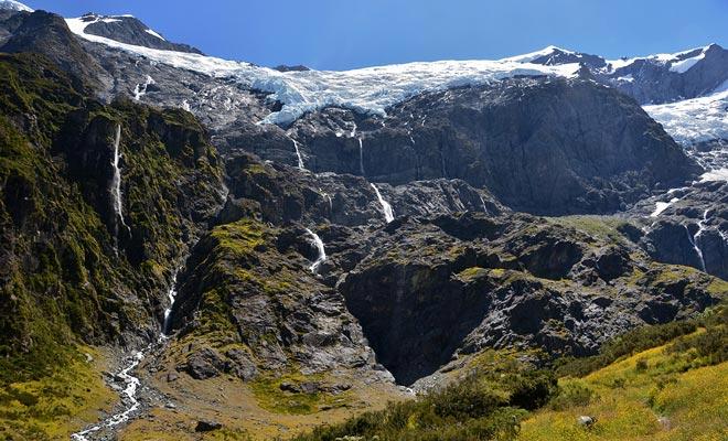 La naturaleza salvaje de los paisajes es una constante en las dos islas del país.