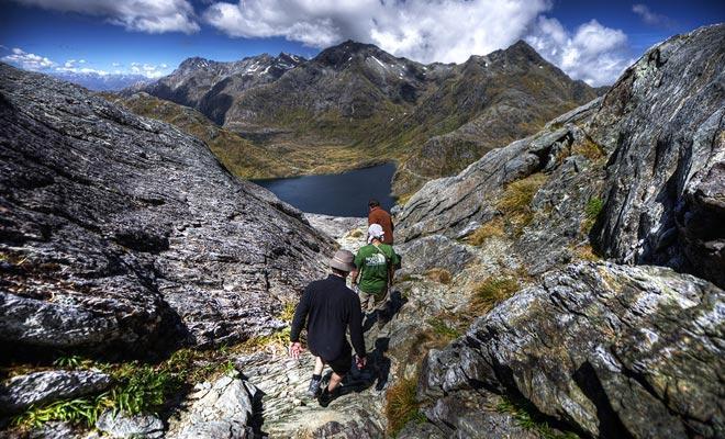 Para seguir las caminatas en las montañas, es necesario prever varios espesores de ropa ligera que se pueden agregar o quitar según la altitud y el viento.