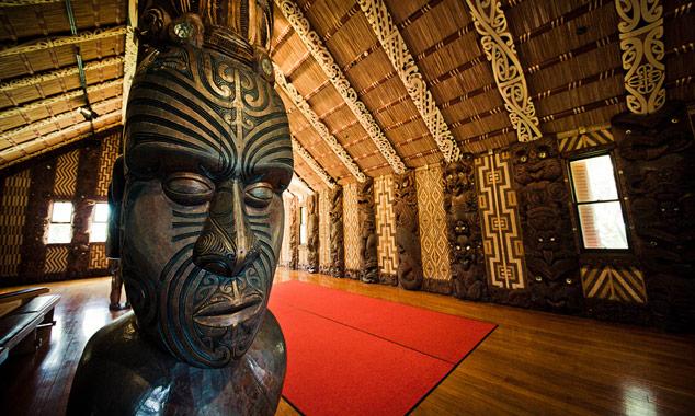 Una escultura maorí en un museo en Nueva Zelandia.