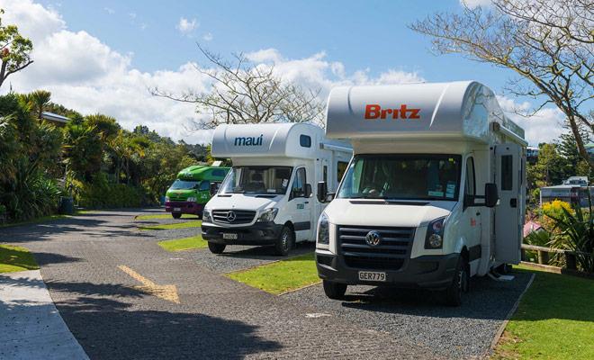 Als u tijdens het hoogseizoen Nieuw-Zeeland bezoekt, wordt het aanbevolen om uw campings te reserveren om te voorkomen dat u tijd verspilt voor een plekje. Vooral wanneer we weten dat vrijheid camping in sommige gebieden van het land strafbaar is met 200 dollar.