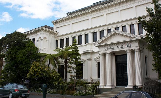 El Museo de Otago es principalmente un museo dedicado a la historia de la ciudad de Dunedin y la cultura maorí.