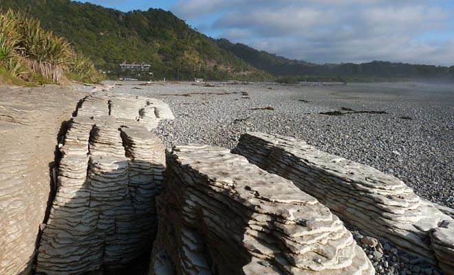 Het strand is toegankelijk bij het stroomgebied. Het is een gelegenheid om de rotsen vanuit een andere hoek te bewonderen.