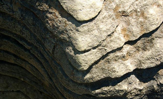 Wind en regen hebben de rots voor miljoenen jaren gemaakt, waardoor het een pannenkoekje vormt.