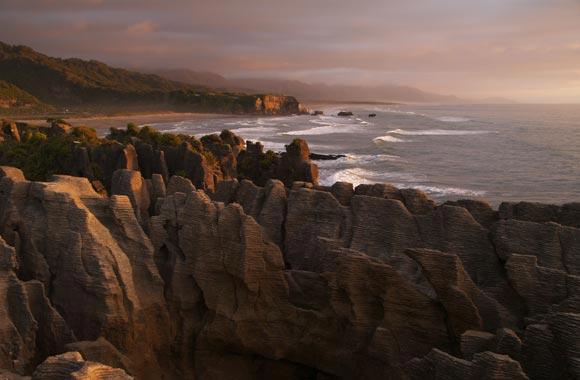 De Pancake Rocks zijn 33 miljoen jaar oude rotsen, gevormd door erosie en weer.