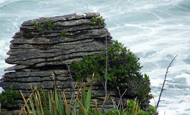 De Pancake Rocks lijken op pannenkoeken op de bovenkant van de andere.