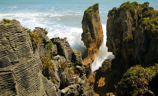 U kunt zien hoe het landschap in de loop van de tijd is geformuleerd door de kracht van de golven die de rots raken te observeren.