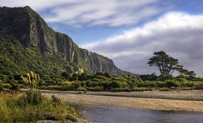 Nationaal park Paparoa is nog steeds onbekend voor reizigers, want het is het kleinste in Nieuw-Zeeland. Maar kleiner betekent niet dat het het minst mooi is! Integendeel, dit park heeft landschappen die de films van Jurassic Park oproepen.