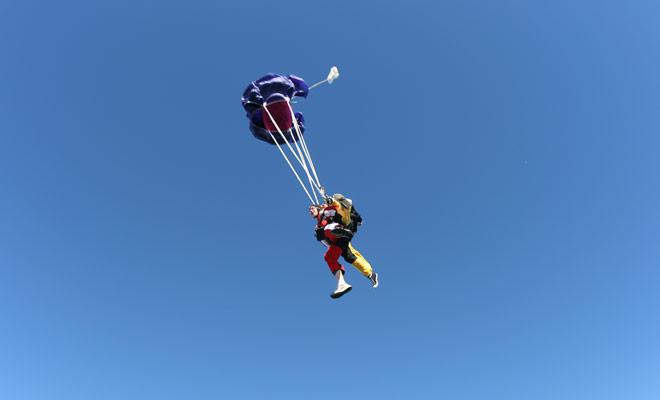 Zodra de parachute opent, stopt het luidruchtige geluid van de vrije val onmiddellijk en kunt u het landschap in absolute stilte bewonderen.