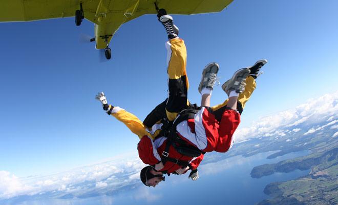 Het vereist moed om in te schrijven, maar uiteindelijk heel weinig te springen, omdat je samenkomt met een monitor die zorgt voor alle stressvolle operaties voor een beginner (parachute opening en landing).