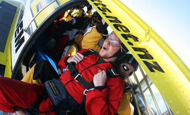 Het gevoel van vertigo is niet van toepassing op parachute springen, omdat dit ongemak vereist dat je voeten op de aarde zitten. In de lucht kan je niet duizelig zijn.