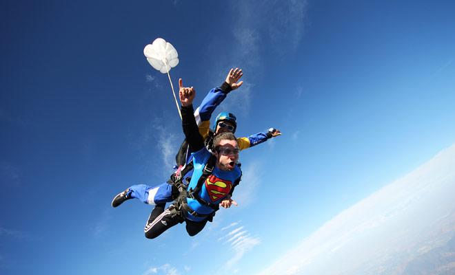 Als het weer goed is, kun je in een parachute springen door een lichte trui of een lange mouwt-shirt onder de combinatie van de organisator te dragen. In ieder geval is de activiteit te kort want u heeft tijd om koud te worden.