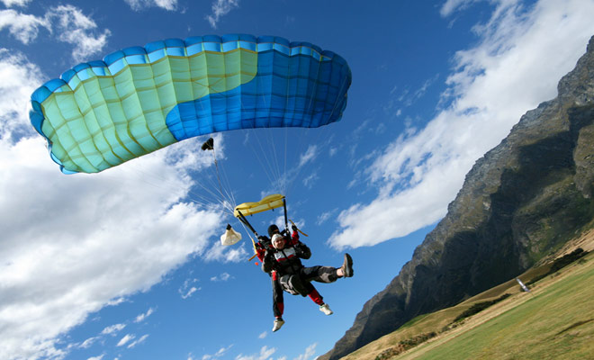 Verwacht van 20 seconden tot 1 minuut vrije val volgens de hoogte en ongeveer 7 minuten voor de afdaling wanneer de parachute open is.