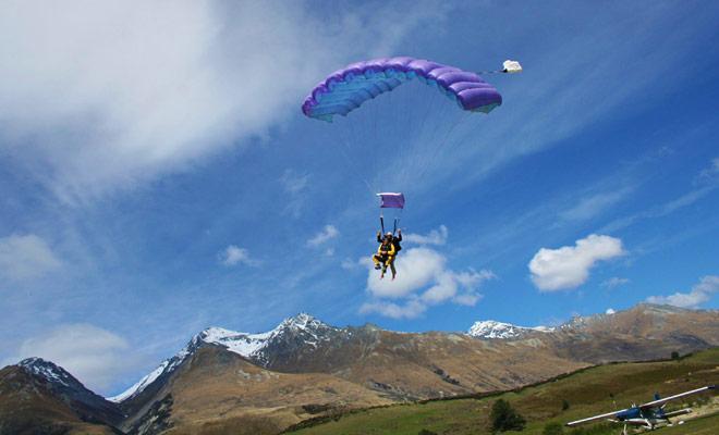Parachutespringen zijn niet meer gevaarlijk in Nieuw-Zeeland dan in elk land van de wereld en ongelukken zijn zeer zeldzaam.