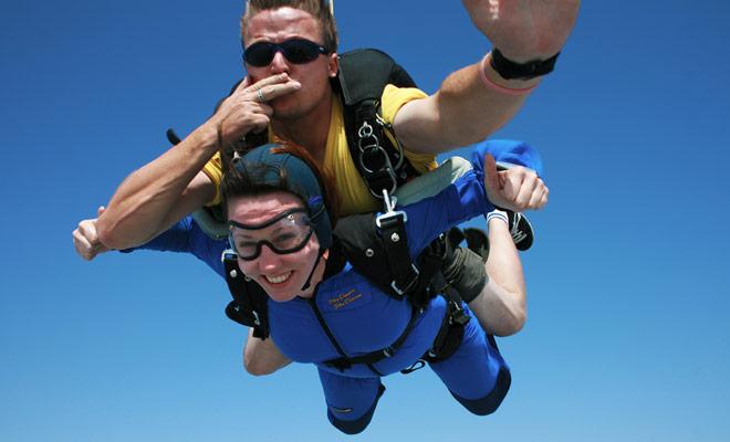 Dopen van parachutespringen vinden altijd plaats in tandem. U zult springen door op een monitor aan te sluiten die alle manoeuvre zal aanpakken (parachute en landing openen).