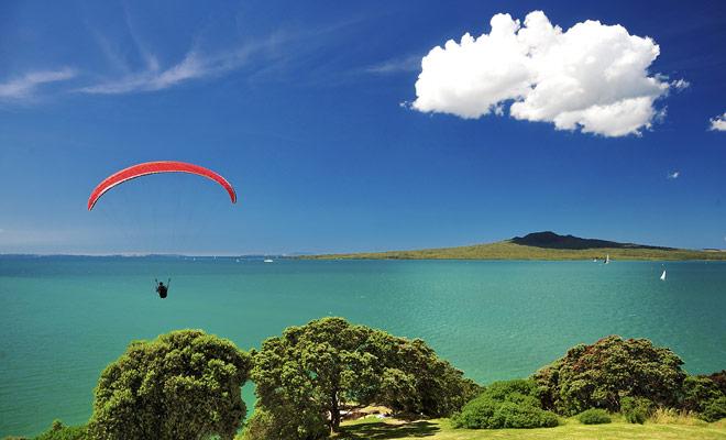 El cielo de Nueva Zelanda está cubierto de parapentes tan pronto como se pone el sol. Si te quedas el tiempo suficiente en el país, incluso podría considerar tomar lecciones.