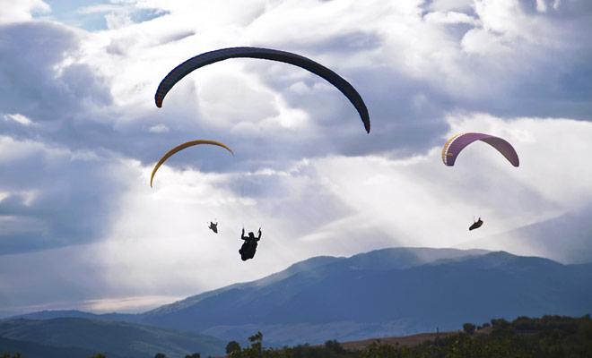 Nueva Zelanda es un país con un relieve marcado, ideal para los aficionados al parapente, sobre todo porque el viento sopla fuerte y permite permanecer en el aire durante mucho tiempo.