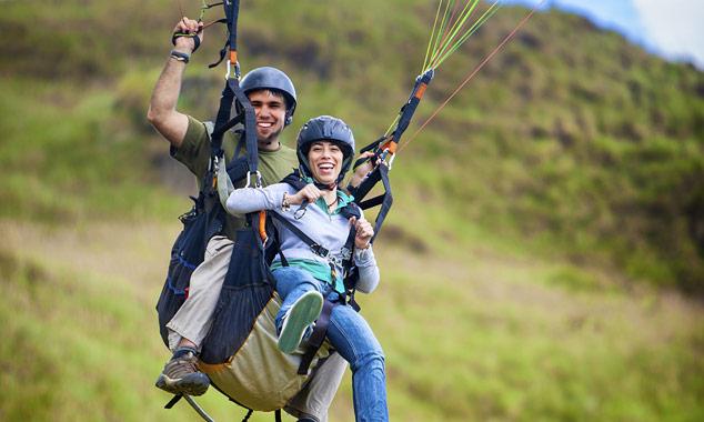 Una pareja disfrutando de parapente en tándem en Nueva Zelanda.