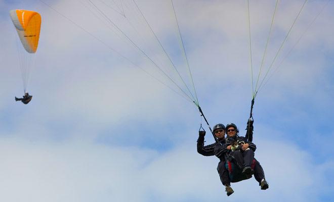 El parapente en tándem es seguro, ya que toda la maniobra es supervisada por un guía experimentado que ha estado realizando el mismo vuelo durante años. Simplemente déjate llevar y admirar el paisaje.